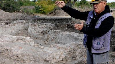 Доц. Вагалински показва мястото, където е открита югоизточна ъглова кула на късноримската крепост