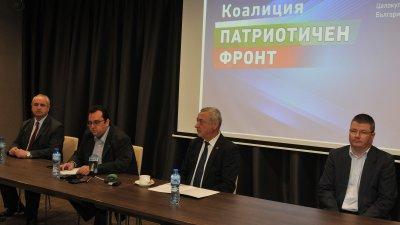 Валери Симеонов (в средата) представи листата на коалицията за предстоящите избори