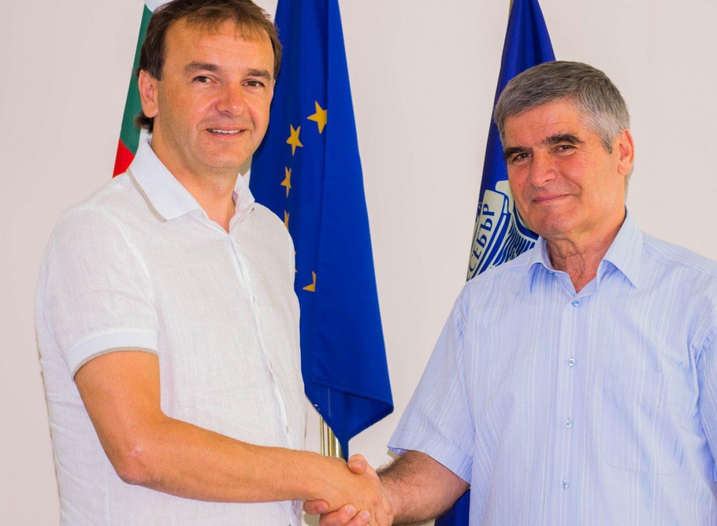 Идеята за стипендията е на Атанас Терзиев (вляво) - общински съветнис в Несебър