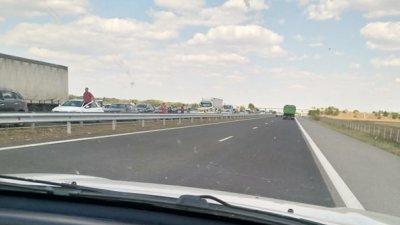 Автомобилите и камионите са спрели на безопасно разстояние