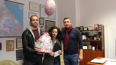 Кметът на Царево Георги Лапчев поздрави родителите на София. Снимка Община Царево