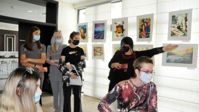 38 бивши и настоящи възпитаници на АЕГ подредиха 67 свои творби в Морското казино в Бургас. Изложбата Палитра от таланти е посветена на 50-годишния юбилей на гимназията. В нея участва с 4 картини и номинираният за Оскар тази година проф.д-р Илиян Иванов, випускник от 1982 година на елитното училище. Изложбата-базар може да се види до 16-и май. Снимки Черноморие-бг