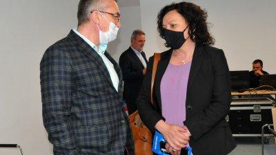 Областният лидер на ГЕРБ - Бургас разговаря с Ивелина Василева преди началото на форума. Снимки Черноморие-бг