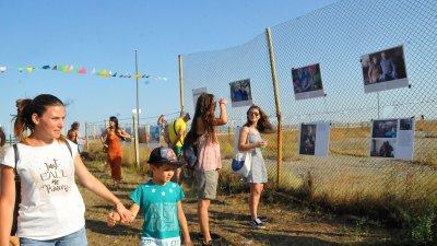 С Панаир на солта Атанасовското езеро се включи във Фестивалния уикенд на Бургас. Домакините популяризираха натуралните продукти от солената лагуна и езерото, като източник на българска трапезна сол и други суровини с добавена стойност. С разнообразни занимателни игри и разходка с влакче на солта прсъстващите на празника отбелязаха 41-ия рожден ден на резервата. Снимки: Черноморие-бг