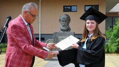 Директорът на гимназията Коста Папазов връчи почетния плакет на Виктория Шелобанова. Снимки Черноморие-бг