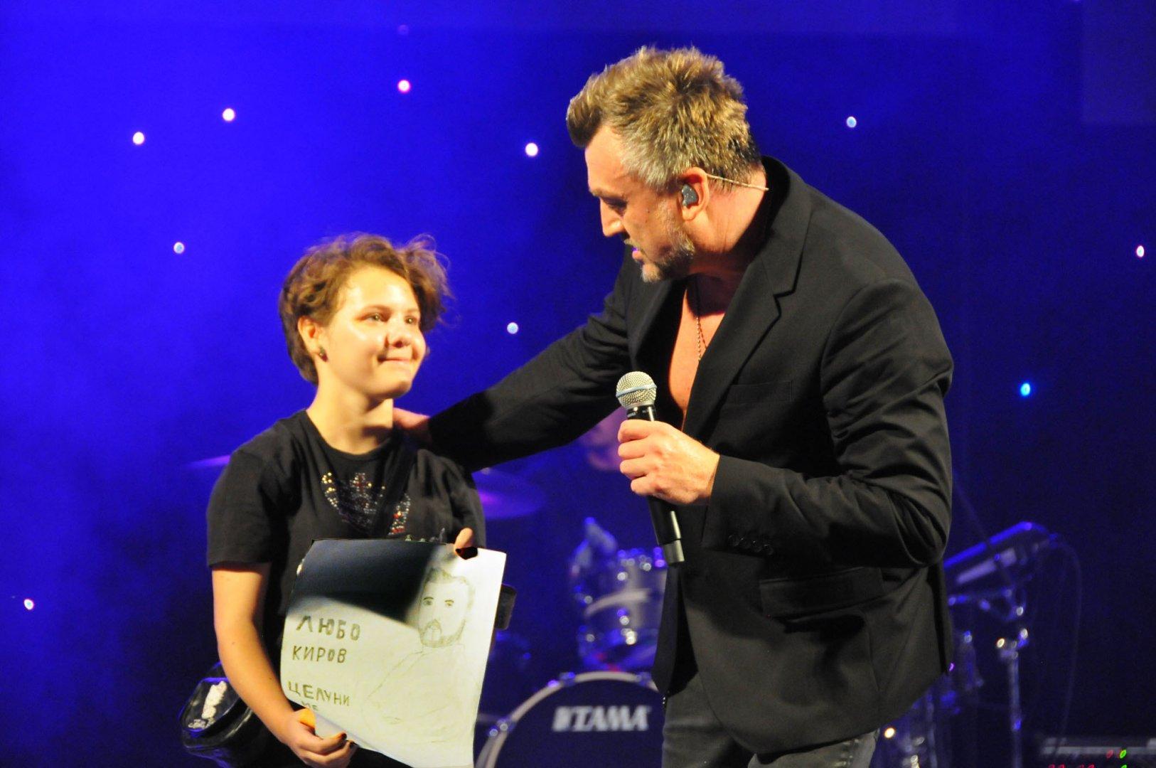 Росица се качи на сцената, за да подари портрета на Любо Киров. Снимки Черноморие-бг