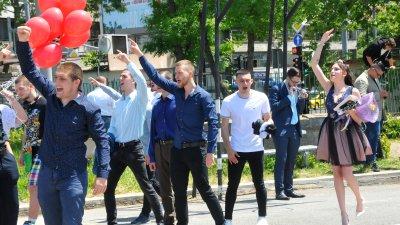 Емоционално и с настроение абитуриентите прекрачиха за последно прага на Механото. Снимки Черноморие-бг