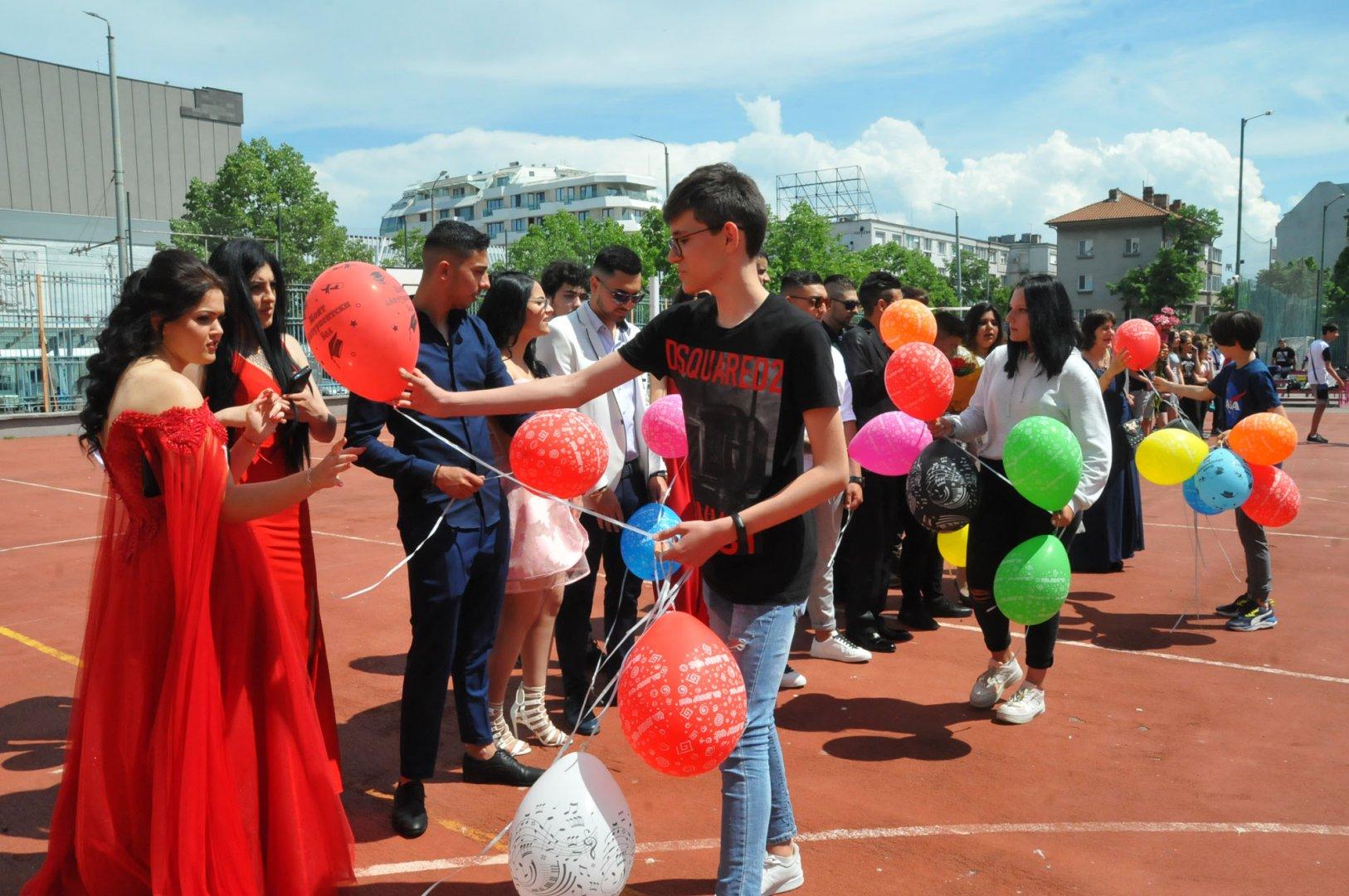 Седмокласниците отправиха специален поздрав към абитуриентите. Снимки Черноморие-бг