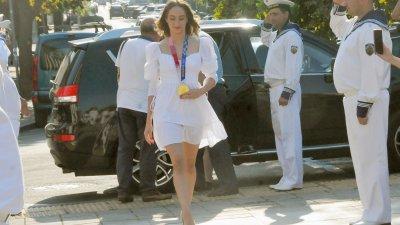 Стефани Кирякова мина през шпалир от моряци на площад Атанас Сиреков. Снимки Черноморие-бг
