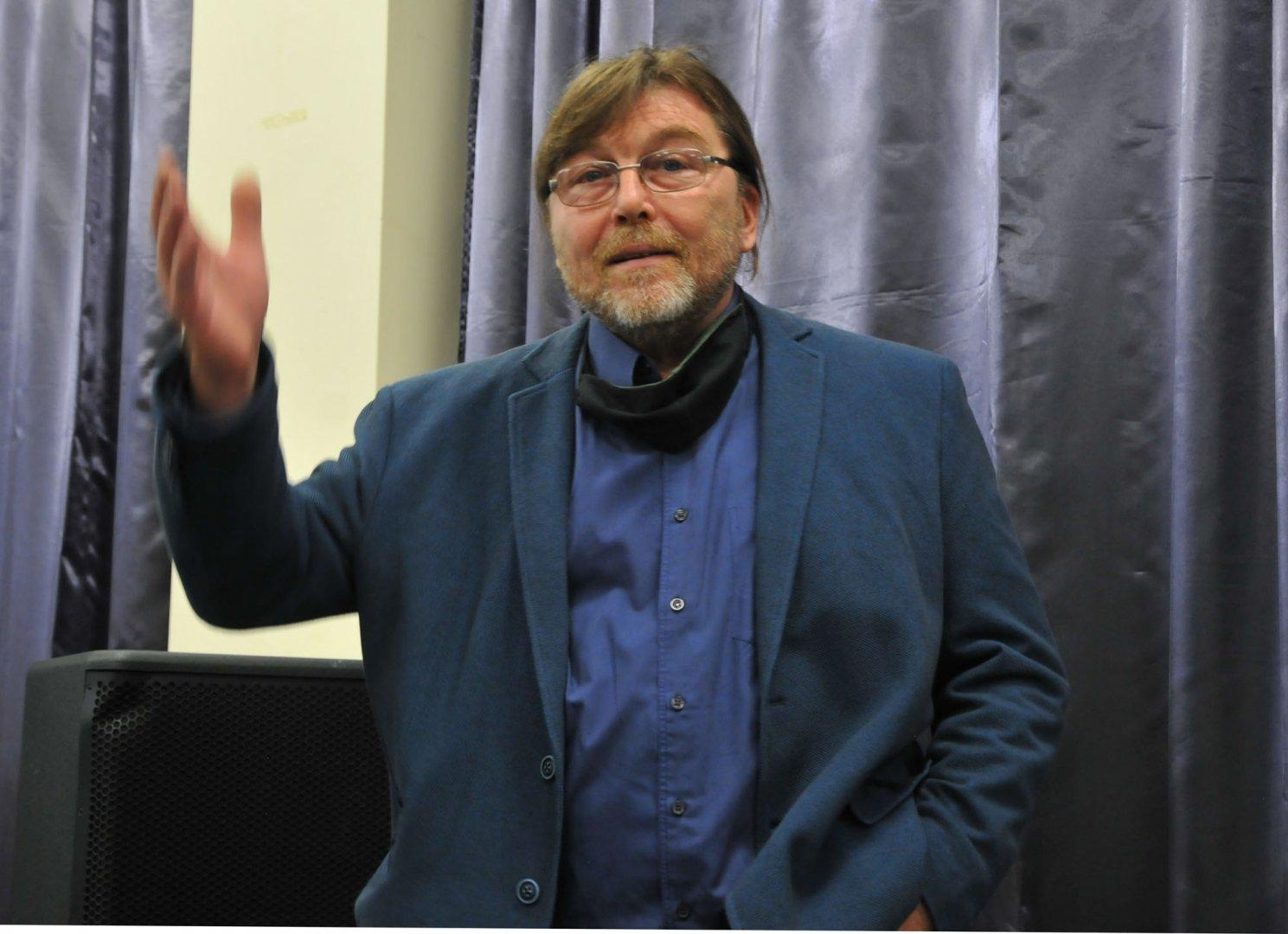Главният герой Румен Статков гледа за първи път филма заедно с гостите на премиерата. Снимки Черноморие-бг