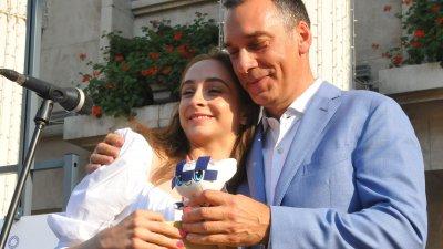 Стефани Кирякова донесе от Токио подарък за бургаския кмет. Снимка Черноморие-бг