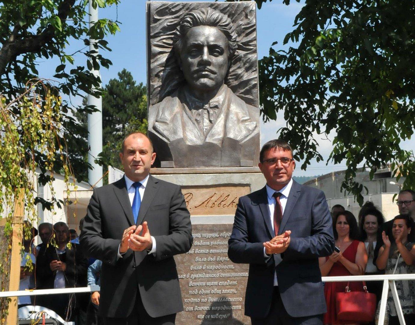 Церемонията събра политици, общественици и жители на община Руен. Снимки Лина Главинова