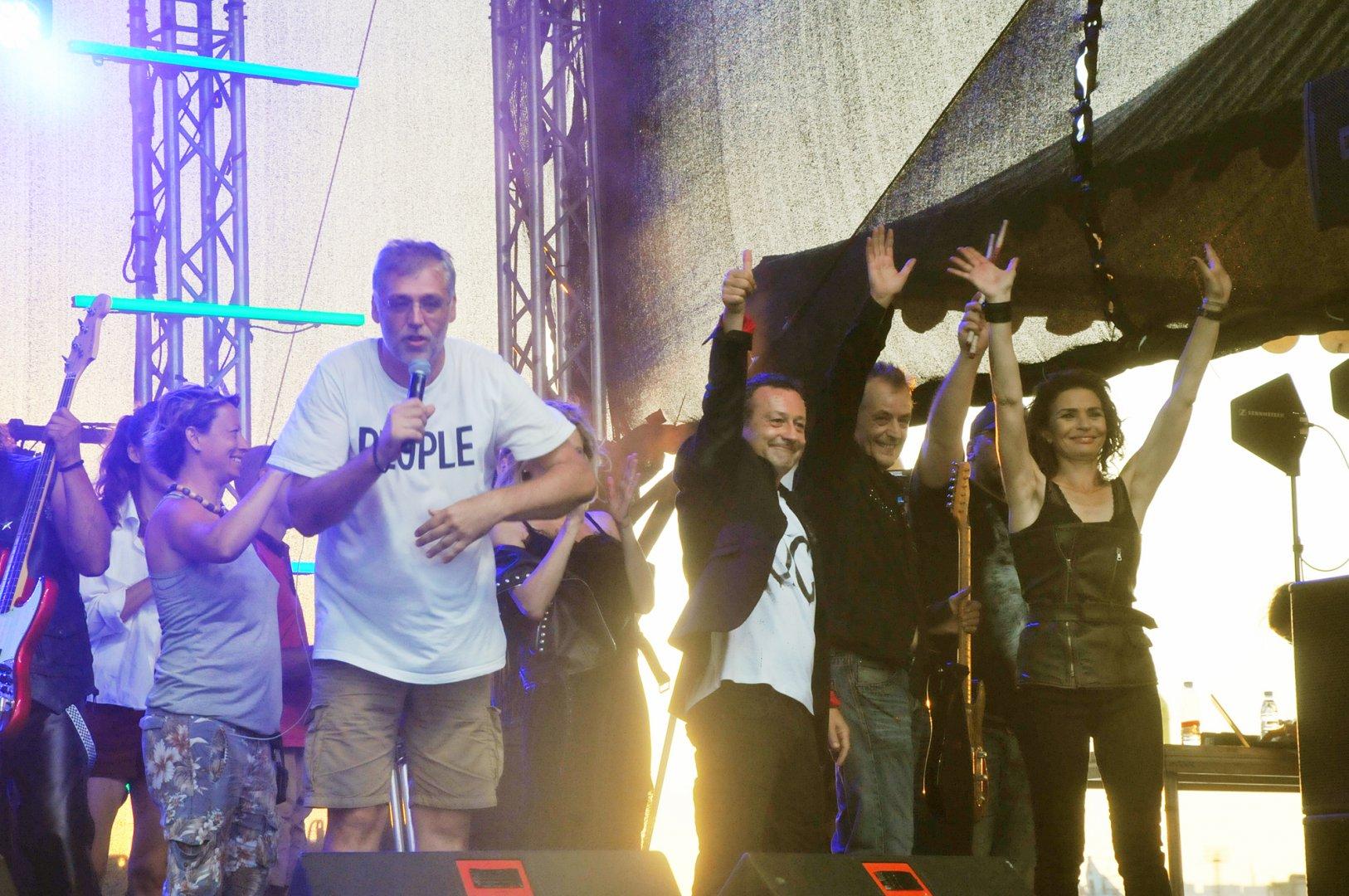 Режисьорът Виктор Божинов (на преден план) благодари на участниците в масовите сцени. Снимки Черноморие-бг