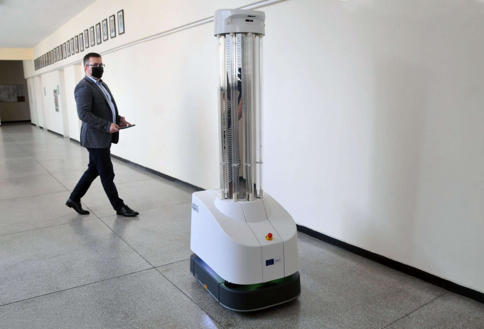 Роботът се управлява дистанциянно и когато чисти помещенията трябва да са празни. Снимки Черноморие-бг