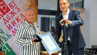 Стоян Памуков (вляво) получи от кмета на Бургас Димитър Николов отличие по случай своята 70-годишнина. Снимки Черноморие-бг