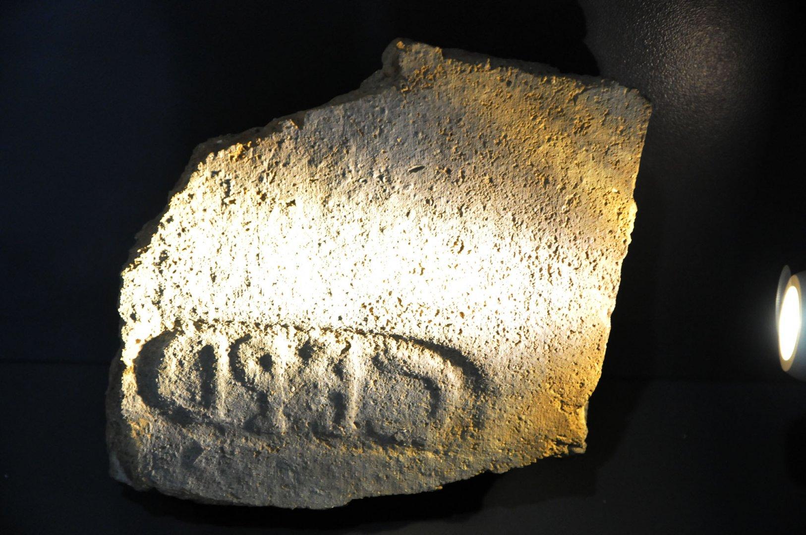 Върху този камък е издълбана абревиатурата на името на римската колония. Снимки Черноморие-бг