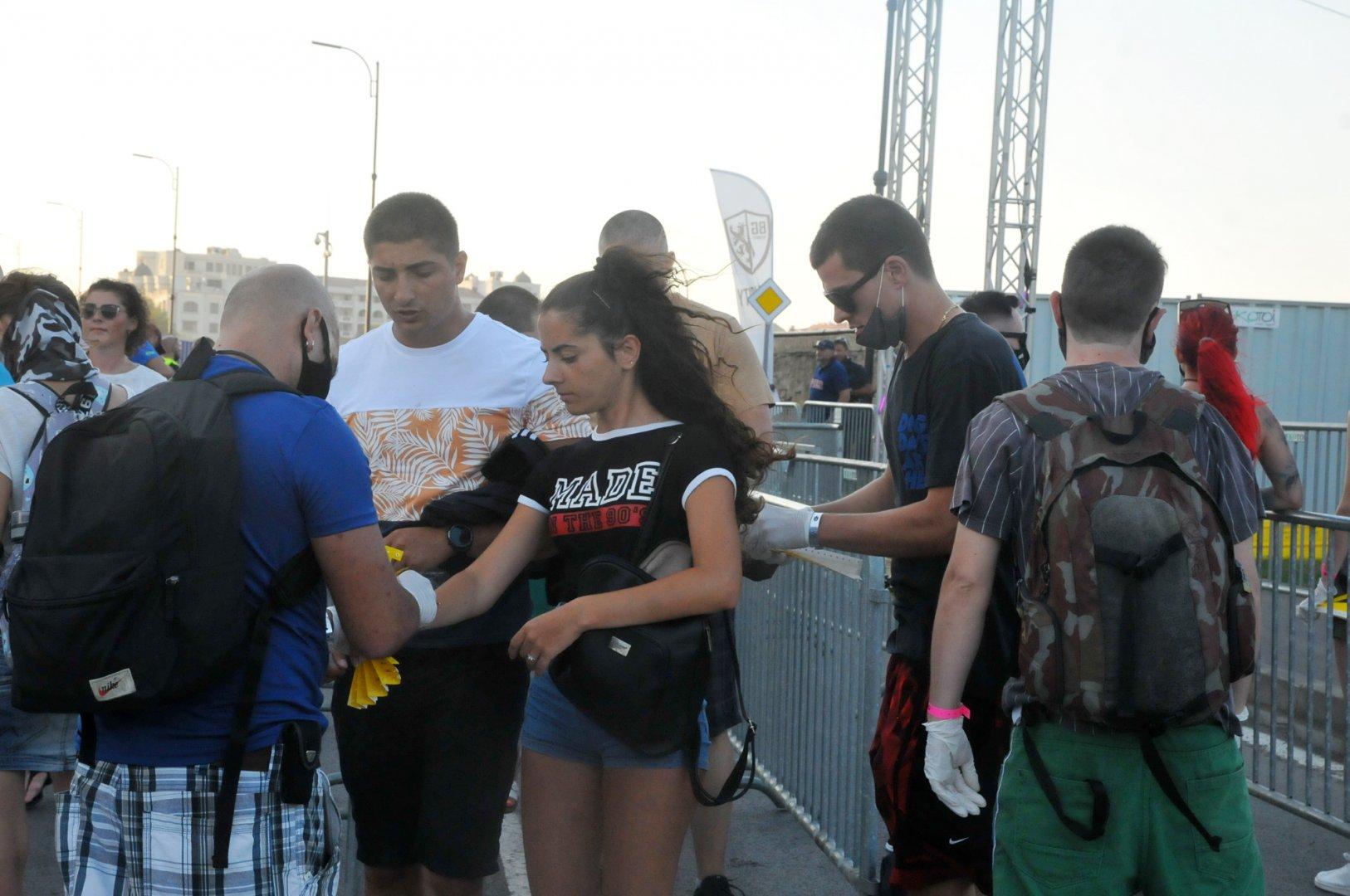 Проверяващите на входа носеха предпазни маски. Снимки Черноморие-бг