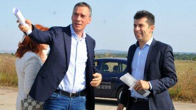 Кметът на Бургас Димитър Николов (вляво) показа на служебния министър на икономиката Кирил Петков терена край Равнец. Снимки Черноморие-бг