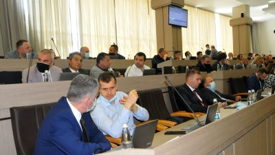 Павел Маринов (вляво) остава като независим съветник в местния парламент на Бургас. Снимка Архив Черноморие-бг