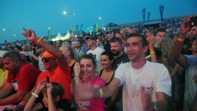 Няколко хиляди меломани се събраха на първата вечер на феста в Бургас. Снимка Черноморие-бг