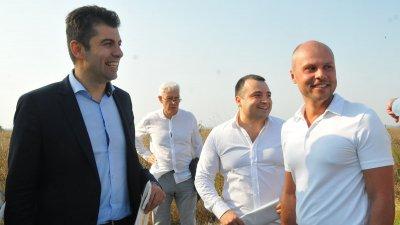 Кирил Петков (вляво) и Константин Бачийски (вторият отдясно наляво) се срещнаха на бившето военно летище край Равнец на 28-ми август. Близо месец по-късно те се разбраха да се явят съвместно на изборите през ноември. Снимки Черноморие-бг