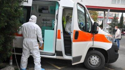 Пациентите в тежко състояние се транспортират с линейки до УМБАЛ. Снимка Черноморие-бг