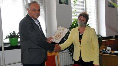 Директорът на гимназията Коста Папазов връчи отличието на Евелина Ганчева. Снимки Черноморие-бг