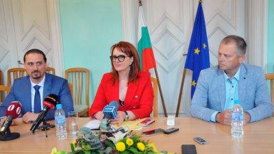 Мария Нейкова се разграничи от заместника си Асен Бонджев (вляво). Снимка Архив Черноморие-бг