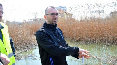 Областният управител Вълчо Чолаков провери лично как върви почистването на канала. Снимки Лина Главинова