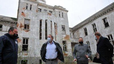 Делегацията водена от министъра на културата Боил Банов (вторият отляво надясно) разгледа острова. Снимки Черноморие-бг