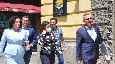 Ивелина Василева (вляво) няма да е кандидат за народен представител. На второ място в листата е Жечо Станков (зад нея). Снимки Черноморие-бг