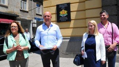 Представители на трите партии в коалицията - Даниела Божинова, Димитър Найденов и Весела Райкова (отляво надясно) подадоха документи за регистрация в РИК - Бургас. Снимка Черноморие-бг