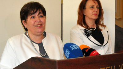 Важно е да създадем сигурност в сектор туризъм, коментира служебният министър Стела Балтова (вляво). Снимка Черноморие-бг