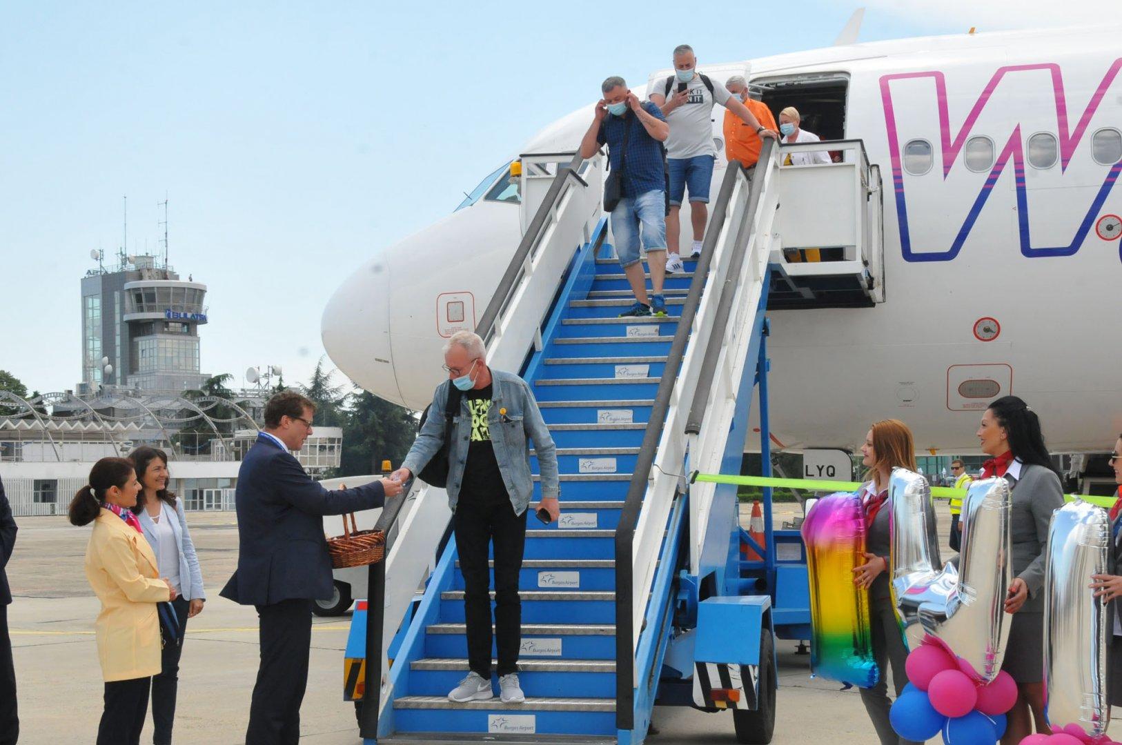 129 пасажери бяха на борда на самолета, който пристигна от летището в Дортмунд. Снимки Черноморие-бг
