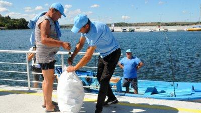 Рибари от Ченгене скеле се включиха в екоинициатива за събиране на отпадъци от морето. Снимки: Черноморие-бг.