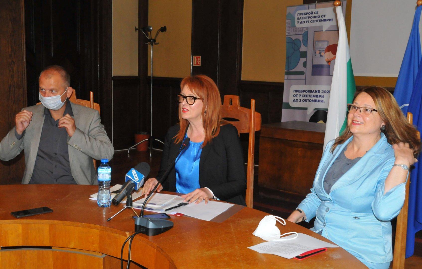 Извършителите на опита за хакерска атака са установени, заяви областният управител Мария Нейкова (в средата). Снимка Черноморие-бг