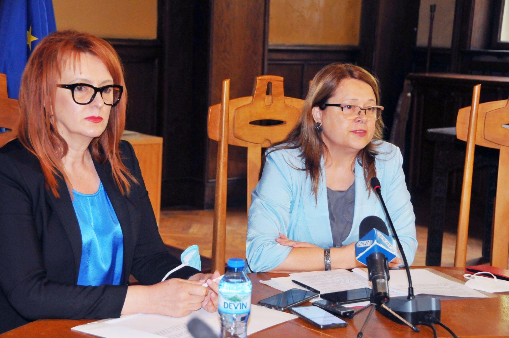 Калина Казанджиева (вдясно) - директор на Териториално статистическо бюро Югоизток на НСИ - Бургас призова хората да се преброят електронно. Снимка Черноморие-бг