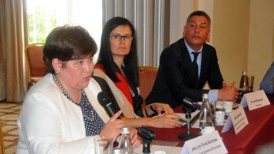 Служебният министър на туризма Стела Балтова (вляво) представи мерките заложени в Плана за възстановяване и развитие. Снимки Черноморие-бг