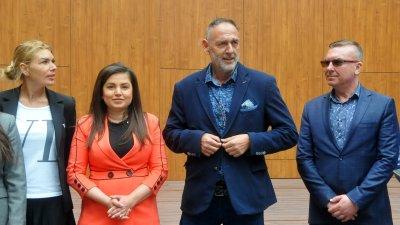 Най-голямата група в следващия парламент ще е на ГЕРБ, прогнозира водачът на листата на коалиция ГЕРБ - СДС Любен Дилов - син (вторият отдясно наляво). Снимки Черноморие-бг