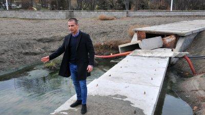 Живко Табаков показва резултата от компрометираната тръба. Снимки Черноморие-бг