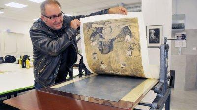 Доц. Димо Колибаров показва как се прави отпечатък на машината. Снимки Черноморие-бг