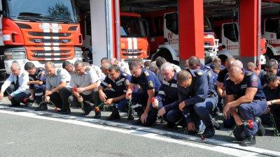 С едноминутно мълчание пожарникарите почетоха паметта на загиналите си колеги. Снимки Черноморие-бг