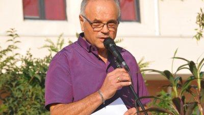 Директорът на гимназията Коста Папазов прочете своите стихове на тържеството за откриване на учебната година. Снимки Черноморие-бг
