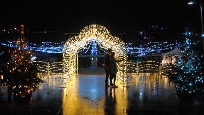 Площад Тройката е притегателно място тази година с десетките си коледни светлинки. Снимки Черноморие-бг