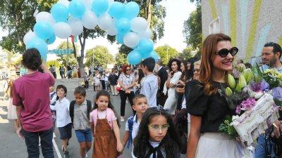 Хванати за ръце най-малките, водени от своите класни ръководители, първи влязоха в училище. Снимки Черноморие-бг