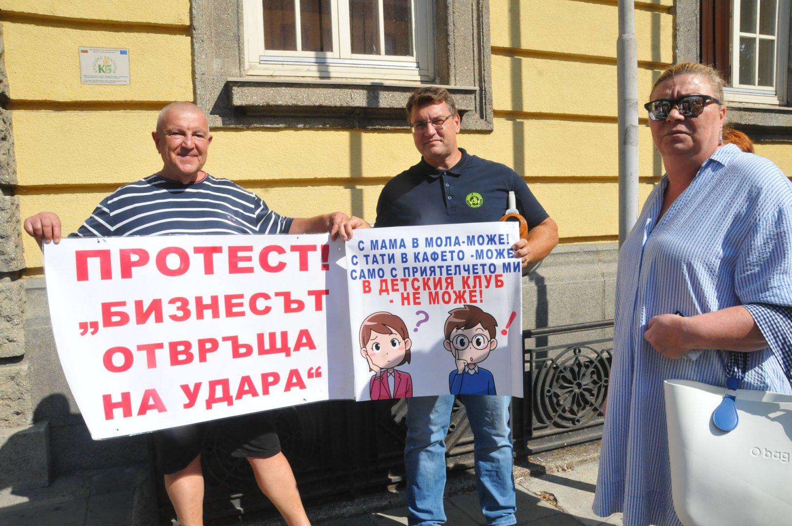 Георги Мицов (вляво) и Христина Секлемова се включиха в протеста на бранша. Снимки Черноморие-бг