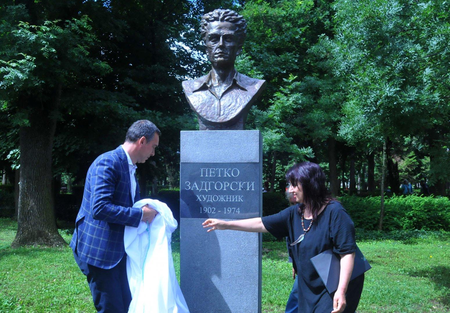 На официална церемония откриха паметник на художника Петко Задгорски в Морскатае градина. Снимки Черноморие-бг