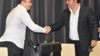 Георги Манев (вдясно) връчи пълномощното на Константин Бачийски. Снимка Черноморие-бг