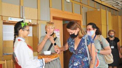 Участниците от Полша и Италия бяха посрещнаха по български обичай с хляб и сол. Снимки Черноморие-бг