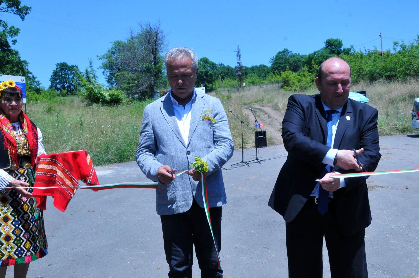 Кметът на община Пехливанкьой Хюсеин Ачъкел (вляво) и кметът на община Средец Иван Жабов прерязаха лентата на обновения участък. Снимки Черноморие-бг